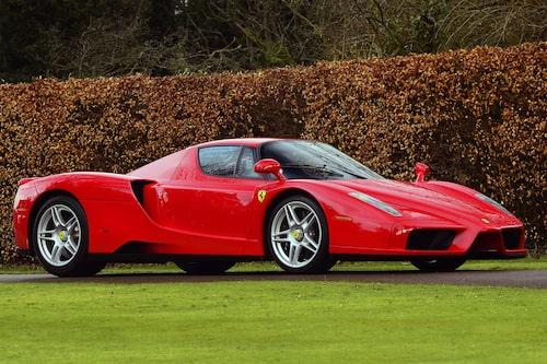 Ferrari Enzo (2002-2004). 12-cylindrigt monster på 660 hästkrafter som fick vem som helst att dregla. 0-100 km/h på 3,27 sekunder och 355 km/h i toppfart.