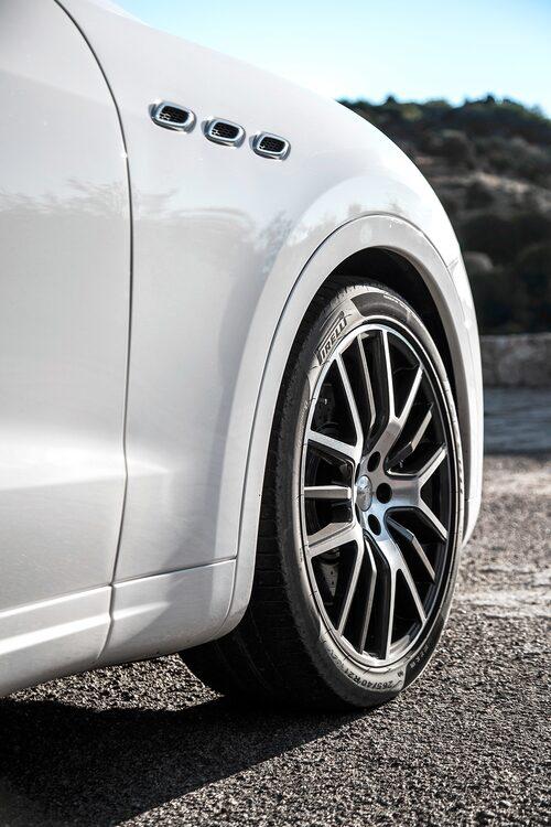 Standard på Levante S är 19 tums fälgar med däck i storlek 295/45 på bakhjulen. Diesel-Levante har 18 tum som standard, med däck i format 255/60.