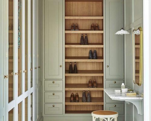 Lyckliga skor! Broby Mistral i vackert varmt trä som får innehållet att lyftas fram, och milt grönt på luckan. Här lämnar man gärna dörrarna öppna, platsbyggt från Kvänum, pris på förfrågan.