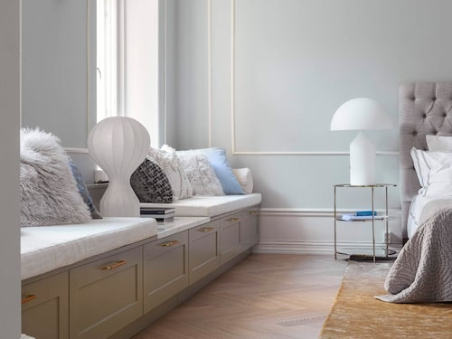 Sitt fint & smart. Med en marmorskiva som bryter av mellan de platsbyggda sittplatserna och fint infälld lådförvaring under sig kan man lugnt luta sig tillbaka, denna variant är modellen Atelier från Kvänum.