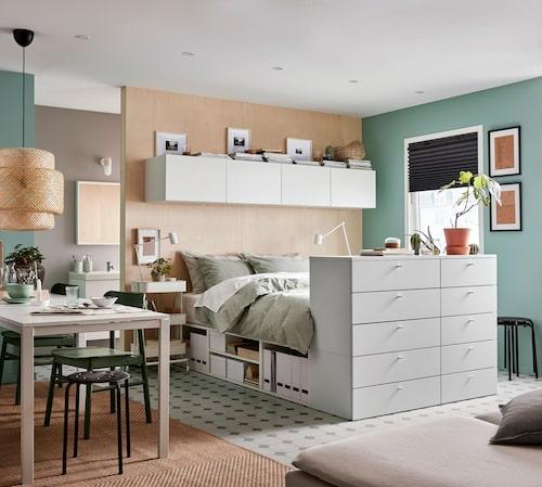 Säng för allt. Förvaring för arbete, kläder, personliga saker – liksom plats för sömn – och allt på liten yta. Sängstomme Platsa med tio lådor kostar 5605 kr, men finns med många olika funktioner, från Ikea. Kombinerat med väggskåp ovanför huvudänden finns gott om plats för det mesta!