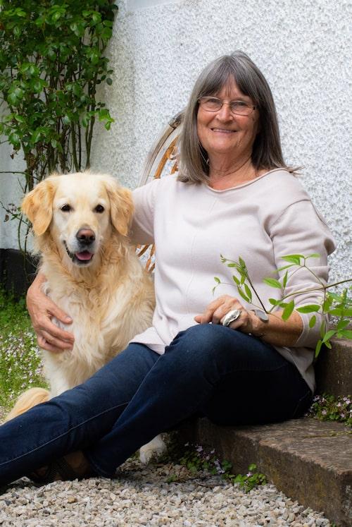 Annette tillsammans med hunden Happy.