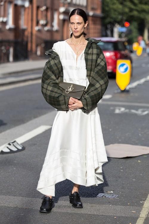 Balansera din romantiska broderie anglaise-klänning med hjälp av en oversize, rutig filtjacka och herrskor.