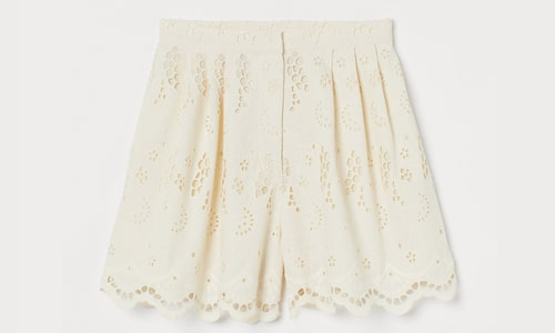 Shorts med broderie anglaise.