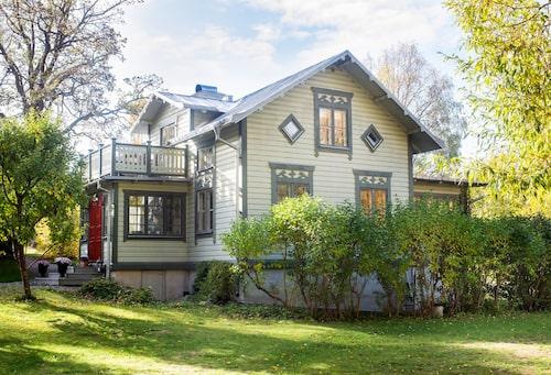 Skeppare Nyströms bygge från 1880 är vackert ljusgrönt med mossgrön snickarglädje och plåttak.