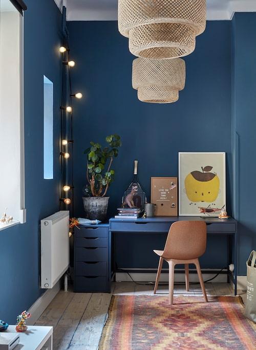 I Sixtens rum låg tidigare köket. Väggen är målad i Jotuns kulör Industrial blue, som råkade matcha skrivbordet och hurtsen från Ikea perfekt. Även stol och taklampor är därifrån. Tavla med äpple, Fine little day.