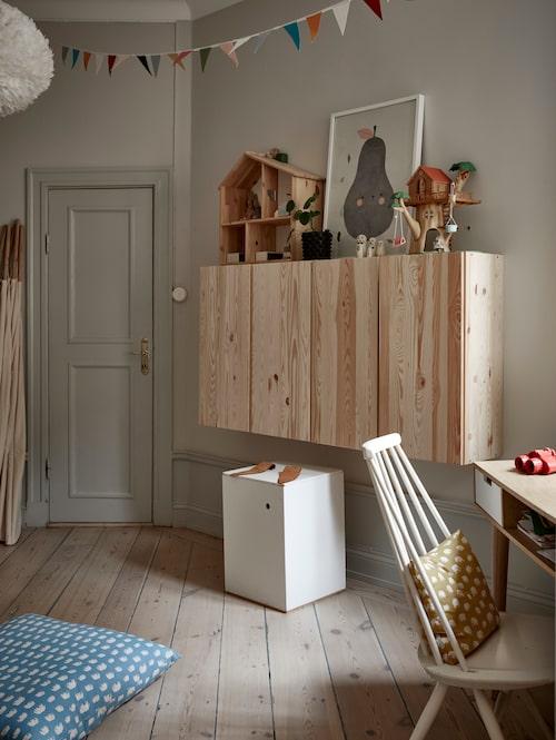 I Frankas rum sitter väggskåp från Ikea. Låda med kaninöron, Heirloom. Stolen är formgiven av Ilmari Tapiovaara.
