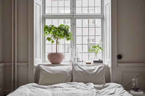Föräldrasovrummet har sängkläder från Midnatt. I fönstret en kruka från Objects and goods.