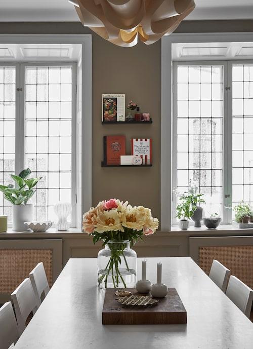 Ett riktigt sällskapskök! Matbord från Hay och stolar, Asplund. Den rejäla skärbrädan är från Ugglan och eggen.