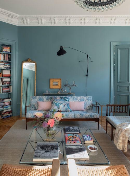 Bokhyllan må sitta i hörnet men är central i hemmet. Spegeln är köpt på auktionsfirman Bruun Rasmussen.