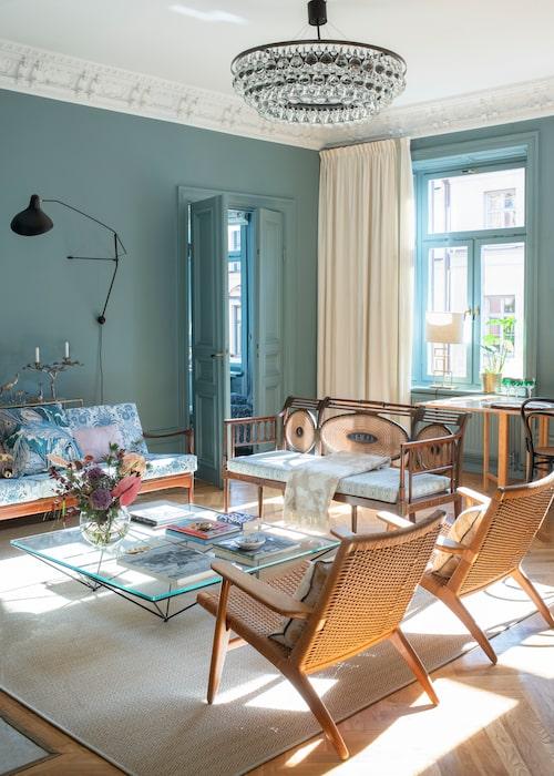 Lägenheten är inredd med färg som främsta komponent. Valet föll på Farrow and Balls kulör Oval Room Blue. Mattan från Walles & Walles är medvetet diskret för att inte konkurrera. Soffan med öppen rygg är köpt i en antikaffär i Charleston och har klätts i ett specialbeställt tyg från Indien. Karmstolarna av Hans Wegner. Taklampa Arctic Pear från Ochre, vägglampa, Mantis.