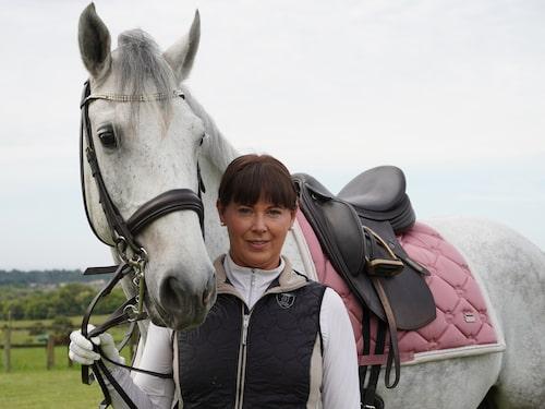 """""""Att vara med hästarna gör mig lugn och glad. Det är skönt att prata med dem, säger Malin, som rider tre timmar om dagen."""""""