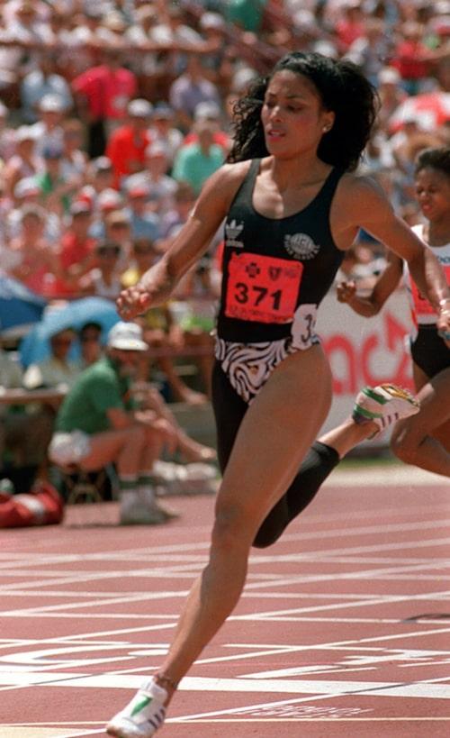 Flo-Jo under de amerikanska uttagningarna till OS 1988 i uppseendeväckande och moderiktig tävlingsdräkt.