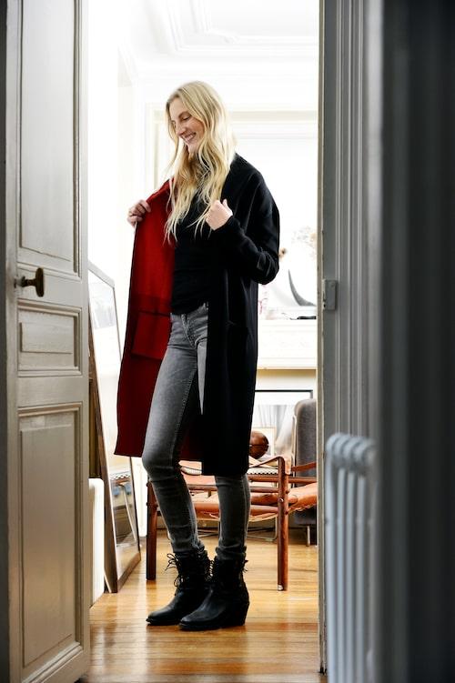 Kappa och boots från Haider Ackermann, jumper från Cos och jeans från Acne Studios.   Kappa från Haider Ackermann. Polotröjaoch manchesterbyxor från Aalto. Väska från Isaac Reina.