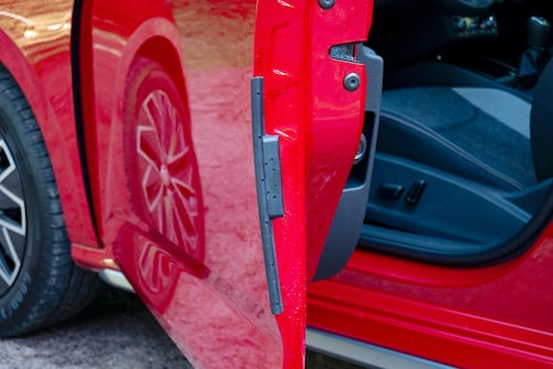 Smarta skydd som fälls ut när dörren öppnas. En idé vi även har sett hos Ford.