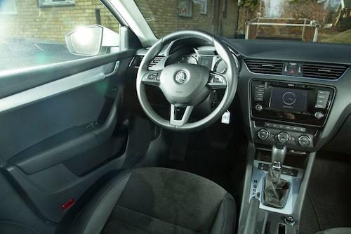 Förarplatsen i Octavia börjar kännas väldigt lik koncersyskonen Passat och Audi A4.