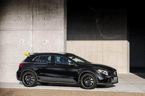 Vill man inte ha sin Mercedes-AMG GLA 45 4Matic i vitt, som på översta bilden, finns Yellow Night Edition som är svart med gula och gråa detaljer.