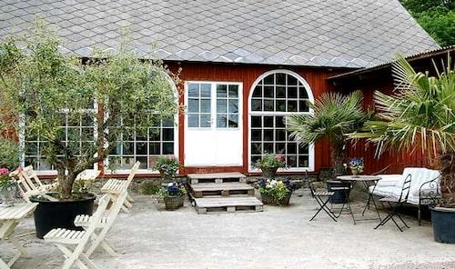 På Bäckdalens orangeri utanför Båstad kan du njuta av både jazz och tapas.