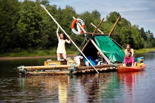 Upptäck Värmlands natur från en flotte - som du bygger själv i Naturbyn.
