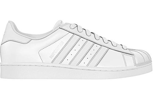 Charlotte växlar mellan boots och sneakers. Dessa kommer från adidas och kostar 999 kr.