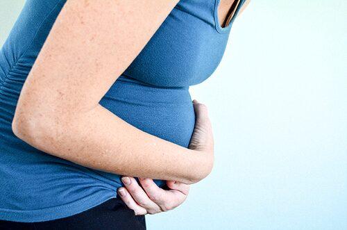 Även om mamman är sjuk är det liten risk att bebisen ska smittas vid förlossningen.