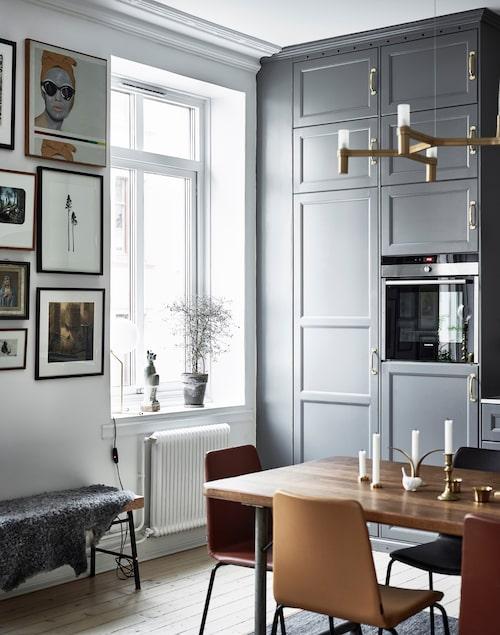Skinnstolarna Mind är formgivna av Alexander Lervik för Johanson design. I fönstret bordslampa av Michael Anastassiades, från Flos, och keramik från Market29.