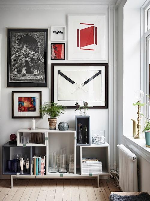 Förvaringssystemet Stacked, i design av Julien De Smedt för Muuto, inbjuder till skapandet av nya kombinationer. Uppe till vänster, en svartvit etsning av konstnären Per Anders Palmqvist.