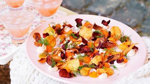 Recept på löjrom, smetana och rotfruktschips.
