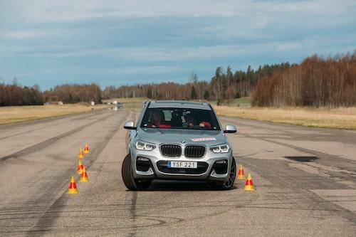 X3 visar prov på rejäl understyrning och ESP-systemet kämpar med hårda ingrepp. Godkänd utan att imponera. Klarar maximalt 73 km/h vilket bara är ynka kilometern över gränsen för godkänt.