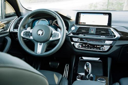 BMW har behållit fysiska reglage för luftkonditioneringen. Infotainmentskärmen har numera pekfunktion utöver att styras med iDrive-vredet.