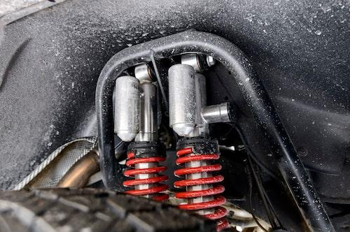 Dubbla gastryckdämpare vid varje hjul.