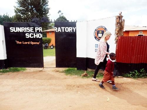Isaac får testa på förskola både i Sverige och Uganda.