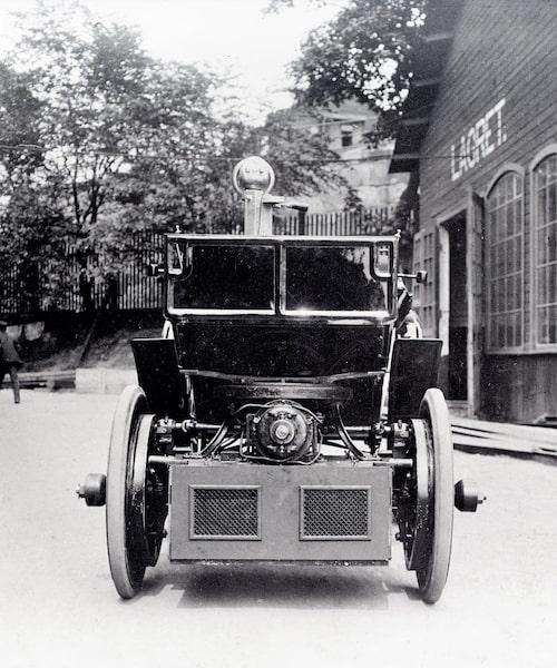 Håkanssons elbil framifrån. Man ser tydligt drivpaketet. Markfrigången var kritiskt låg för dåliga svenska vägar.