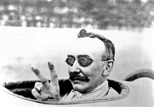 Walter Baker tillverkade populära elbilar. Han var också en våghalsig racerförare.