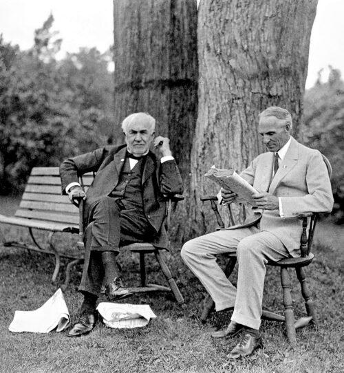 Två briljanta män. Thomas Edison var sin tids största uppfinnare, till vänster. Han förbättrade batterierna. Henry Ford skapade den första masstillverkade bilen. Deras gemensamma arbete ledde till elbilens undergång.
