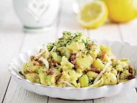Färskpotatis mosad med citron, olivolja, färsklök och bacon