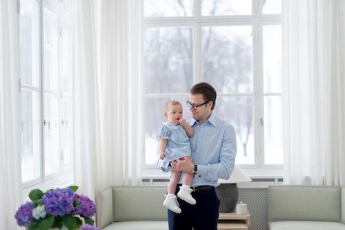 Lika som bär! Estelle och Daniel i matchande kläder på prinsessans 1-årsdag. Foto: Kate Gabor/Kungahuset.se