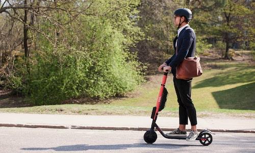 Även elcyklar, segways och elektriska sparkcyklar räknas som cyklar. De får dock inte gå fortare än 20 km/h för egen maskin. Vill du åka snabbare än så får du ta fart själv.