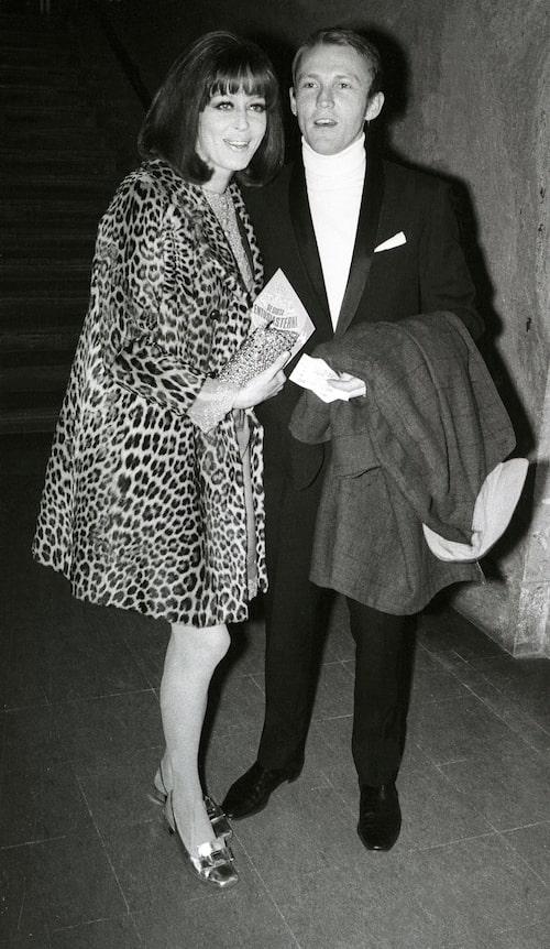 Lill Lindfors med dåvarnande maken Peter Wester 1970.