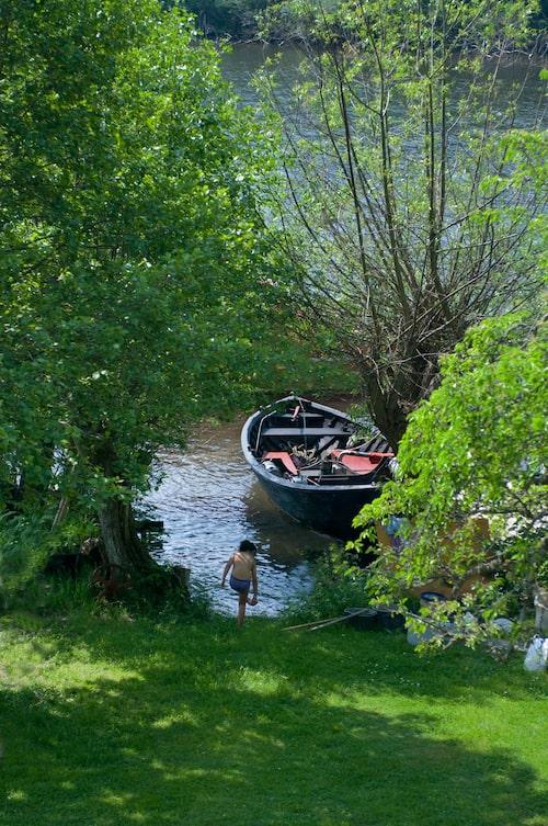 Lycka är att se barnbarnet bada och båten ligga förtöjd vid sin pil i väntan på passagerare.
