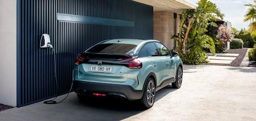 Helt ny former hos Citroën C4. Helt nytt är också att den erbjuds i ett helelektriskt utförande kallad e-C4.