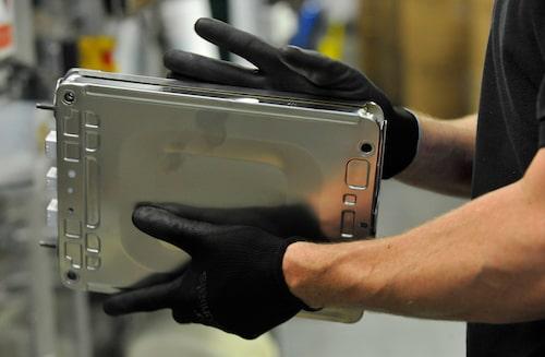 En battericell som strax tar plats i en elbil sammansatt i Nissans fabrik i brittiska Sunderland.