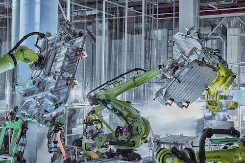 Batterihöljet hos Audi e-tron är byggt i aluminium. Här ses den automatiserade tillverkningen.
