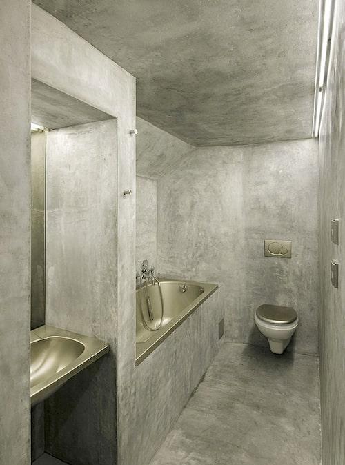 Ett badrum helt i betong (kanske tadelakt) och med rostfritt stål. Coolt att våga ta ut svängarna så, men samtidigt hålla sig till en tydlig linje.
