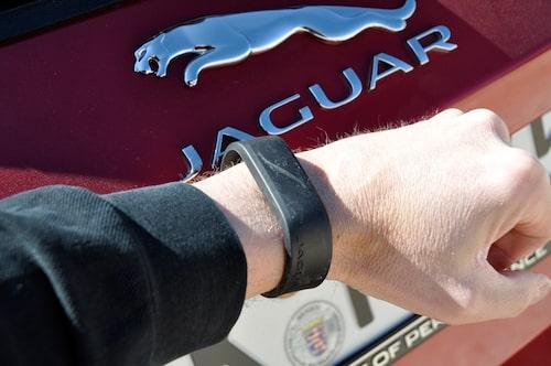 Glöm Rolexen om du ska köra Jaguar! I bilen. Med vattentätt gummerat armband kan du låsa in alla dina värdefulla tillhörigheter i bilen samtidigt som du sportar i trikåer. Tydligt tecken på märkets nya identitet.