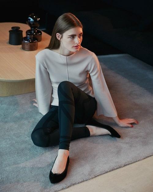 Finstickad tröja av rayon/nylon, stl XS-L, 1 900 kr, och mönstradetights, av polyamid/elastan, stl XS-L, 1 600 kr, båda Totême.Ballerinaskor av shearling/ skinn, stl 36-41, 2 000 kr, Repetto.
