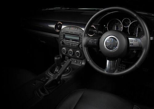 Invändigt avslöjas donatorn Mazda MX-5 tydligt.