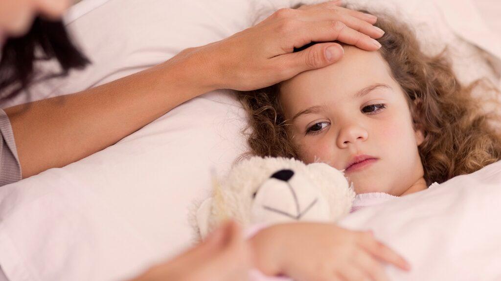mama reder ut hur du bäst skyddar familjen mot smitta, hur länge barnen bör stanna hemma och när ni ska söka vård.