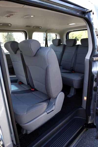 Baksätena erbjuder hyfsat bra sittkomfort med gott om plats i längd- och höjdled.  Takbelysning med LED-teknik ger bra ljus. I Asien finns H-1 med plats för tolv personer!