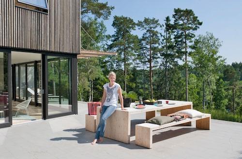 Jenny Callenholt arbetar med fastighetsutveckling och driver egna företaget Q collective development där hon i första hand arbetarmed kvinnliga konsulter och samarbetspartner. Terrassens bastanta utemöbler är ett hemmabygge av korslimmat trä.